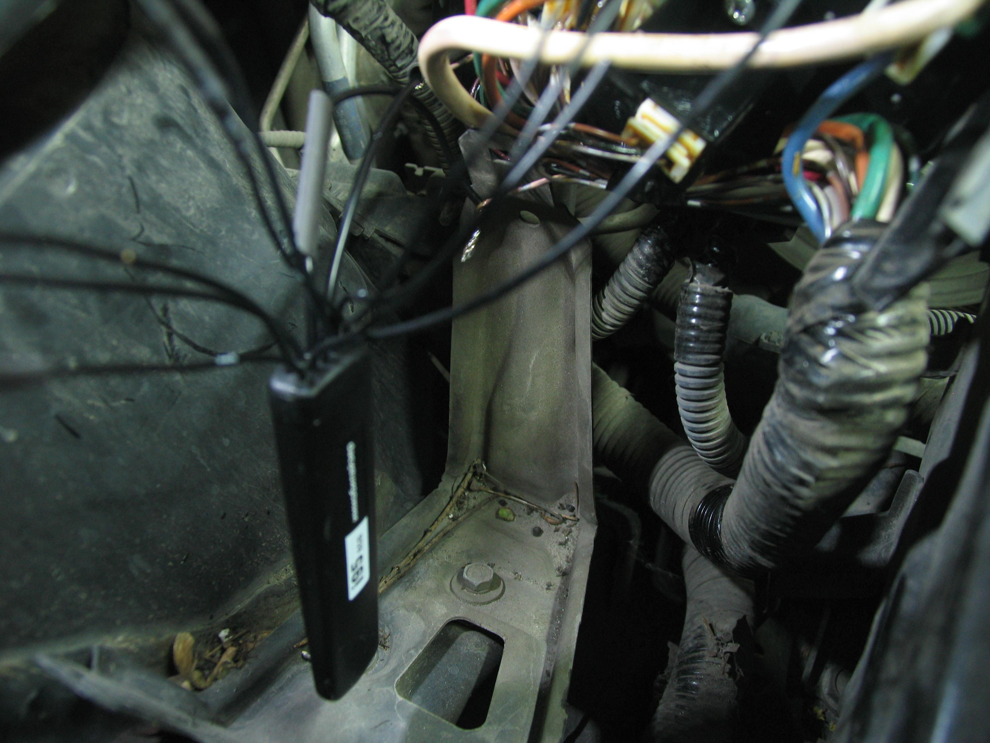 Процесс установки беспроводного реле сигнализации под капотом авто